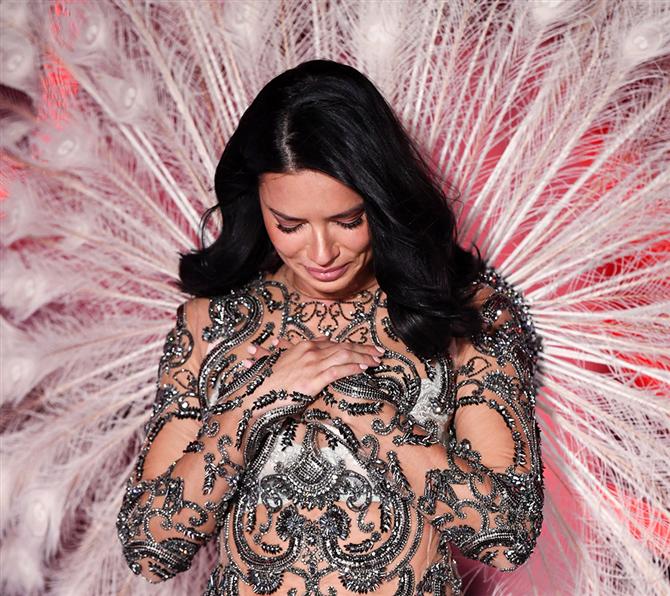 Adriana Lima, Victoria's Secret'a Veda Etti!