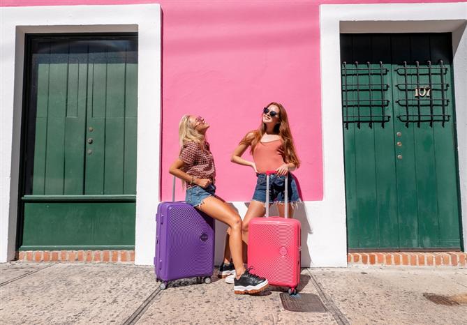 American Tourister'ın Yeni Yaz Renkleri ile Seyahatler Daha Çarpıcı
