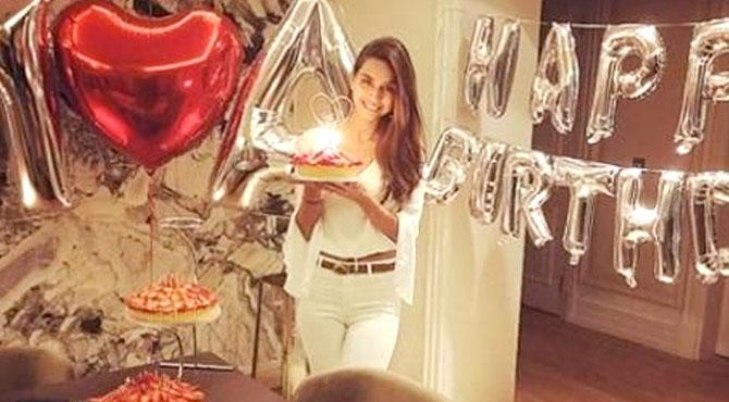 Amine Gülşe'ye Romantik Kutlama