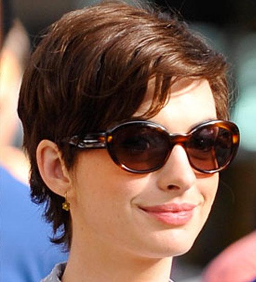 Anne Hathaway saçlarını kısacık kestirdi