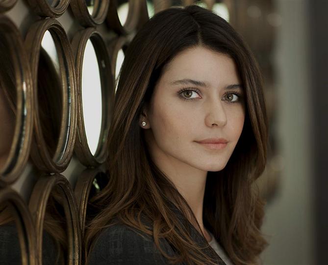 Beren Saat'in Netflix Dizisi Atiye'den İlk Fragman