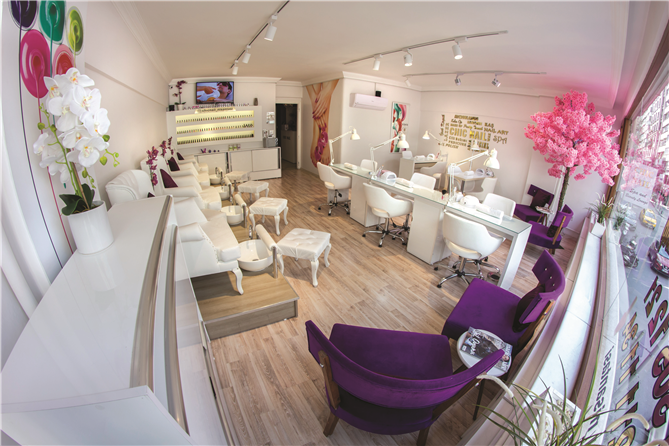 Chic Nail Spa and Beauty Lounge'da Kendinizi Şımartın