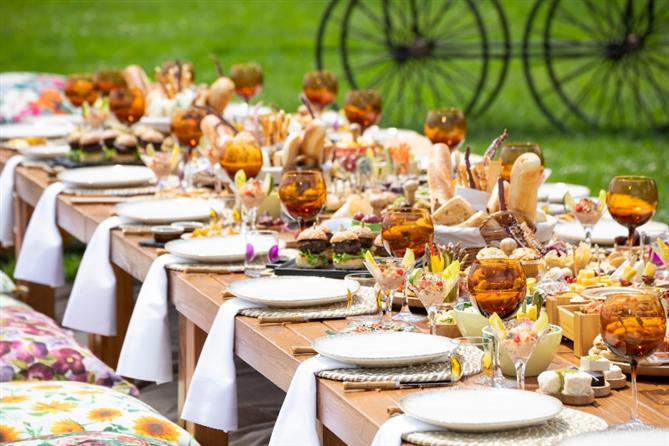 Çırağan Sarayı Bahçelerinde Lüks Piknik Deneyimi Başladı