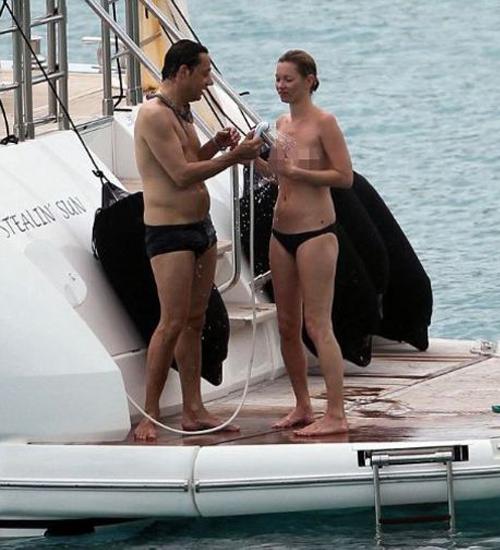 Kate Moss üstsüz Güneşlendi!
