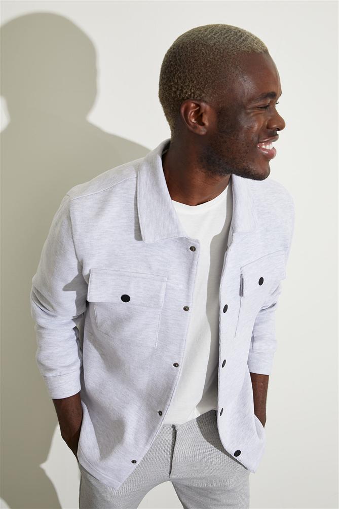 Mevsim Geçişlerinde Şıklığın ve Rahatlığın Sırrı: Gömlek Ceketler