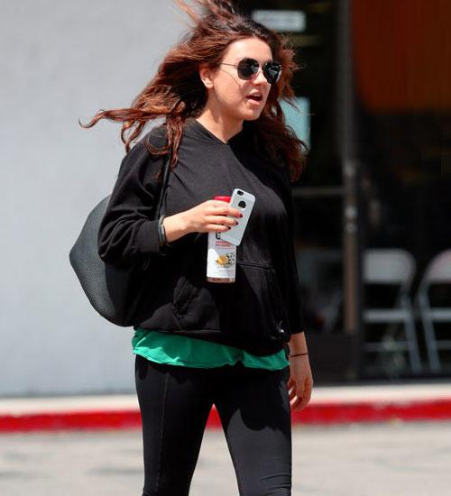 Mila Kunis hamile pilatesi yapıyor