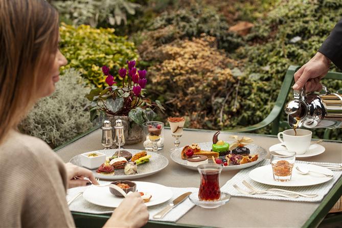 Özlenen Yaz Buluşmaları Four Seasons Hotels İstanbul'da Yaşanıyor