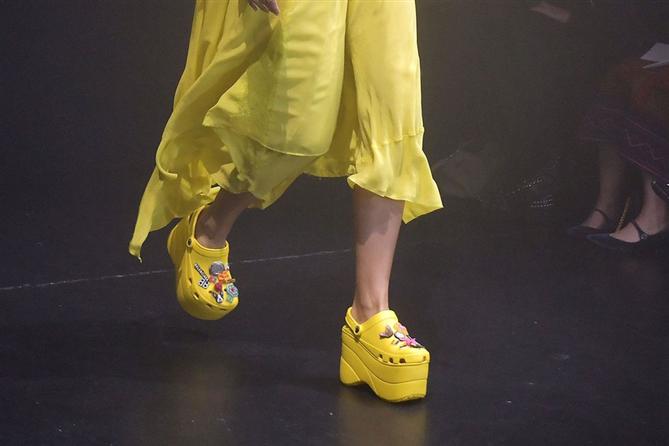 Platform Balenciaga Crocs'lar Büyük Beğeni Topladı