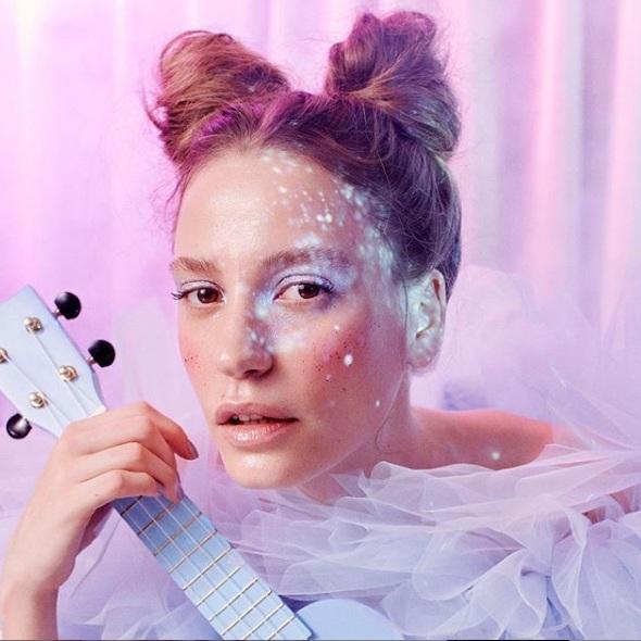 """Serenay Sarıkaya """"Alice Müzikali"""" ile Sahneye Hazırlanıyor"""