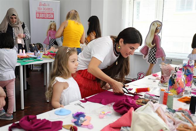 Zeynep Tosun, Çocuklarla Birlikte Barbie İçin Yeni Kıyafetler Tasarladı