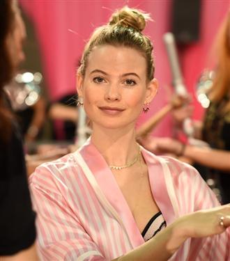 Behati Prinsloo Victoria's Secret Podyumuna Dönüyor