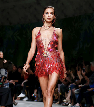 Havalı ve Çarpıcı: Versace İlkbahar/Yaz 2020 Koleksiyonu
