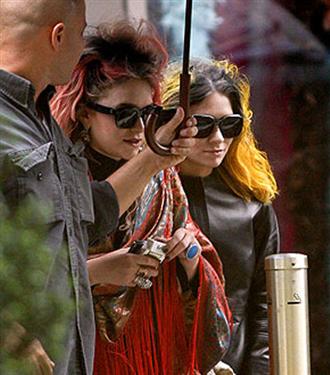 Olsen kardeşler neon saçlarıyla
