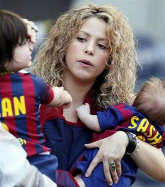 Shakira oğulları ile Barcelona maçını izledi