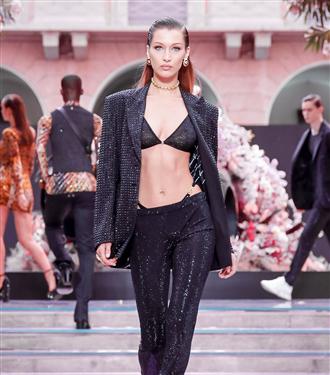 versace-menswear-ilkbahar-yaz-2020-defilesinden-carpici-anlar--56819-17062019100121.jpg