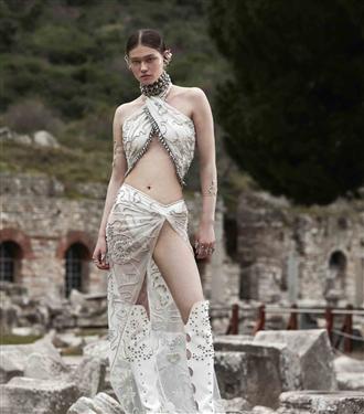 Zeynep Tosun'un İlhamını Mitolojiden Alan 2021 Yaz Couture Koleksiyonu: Apasas