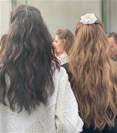 Chanel Defilesinin Güzellik Görünümlerinde 70'lerin Saç İlhamı