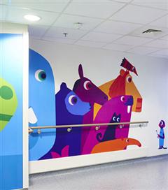 Çocuklar için hastane duvarları rengarenk boyandı
