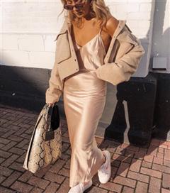 Dolabınızda Yılın Trendine Yer Açın: Slip Dress