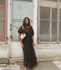 Kopyalanası Stiller: Monikh Dale'in Elbise ve Parmak Arası Terlik Obsesyonu