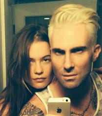 Adam Levine saçlarını sarıya boyattı