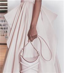 Alexander McQueen'den Yepyeni Bir Çanya: Alexander McQueen Curve Bag
