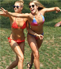 Ashley ve Jessica Hart bikinili