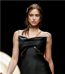 Çarpıcı ve Seksi: Versace Sonbahar/Kış 2019 Defilesi