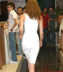 Ece Sükan yırtık elbisesiyle davette