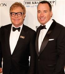 Elton John evlendi
