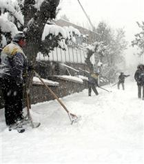 Evsizleri soğuktan korumak için bir mum yakın