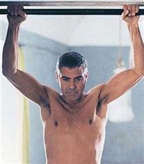George Clooney yeni filmi için soyundu