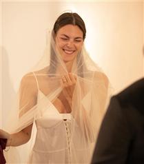 İtalyan Model Vittoria Ceretti'nin Sade ve Zarif Gelinliği