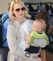 January Jones bebeği ile görüntülendi