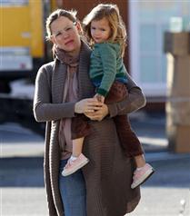 Jennifer Garner kızı ile yürüyüşte