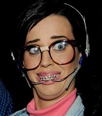 Katy Perry Teen Choice Ödüllerinde kılıktan kılığa girdi