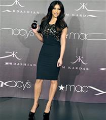 Kim Kardashian parfüm tanıtımında