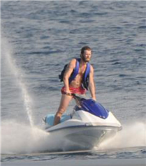 Kıvanç Tatlıtuğ tatilde jet-ski yaptı