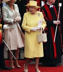 Kraliçe Elizabeth salona geldi