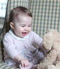 Kraliyet Ailesi Prenses Charlotte`un Fotoğraflarını Paylaştı
