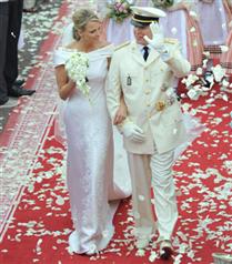 Monaco Prensesi`nin gelinliği Armani