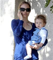 Natalie Portman Aleph`le yürüyüşte