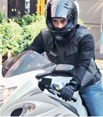 Okan Bayülgen motosiklette