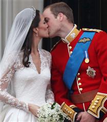 Prens William Kate`i dudağından öptü