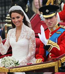 Prens William ve Kate halkı selamladı