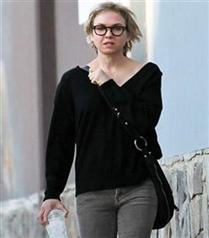 Renee Zellweger gözlük takıyor