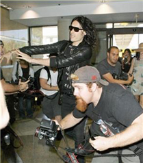 Russell Brand Katy Perry için paparazzi dövdü