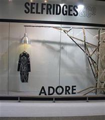Selfridges`den garip McQueen vitrini
