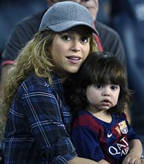 Shakira oğlu Milan`la Pique`nin maçını izledi