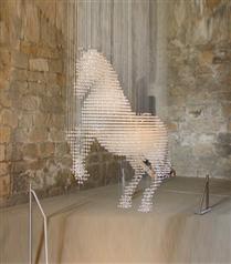Stella McCartney`nin Swarovski taşlı atı
